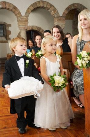 1ff5fa7966 A templomi esküvő lényege az Isten előtt kötött szövetség, a lelkész által  elmondott áldáskérés, és minden egyéb szimbólum hozzájárul az esküvő ...
